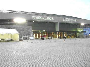 大阪城ホール・北玄関。既に人影は殆ど無かった《当たり前だけど…》。しかしながら一つだけ改札が開いていたおかげで入場できた