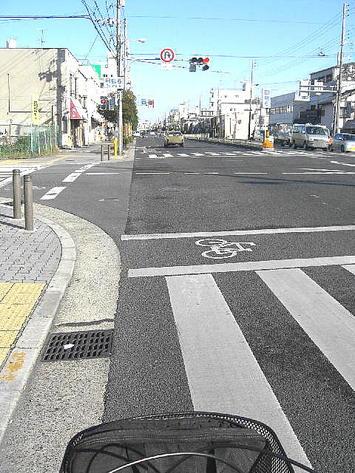 大阪市生野区=田島6丁目交差点にて。空が晴れ模様になってきた