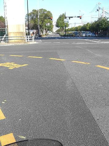 大阪市中央区=森ノ宮駅前交差点。ここから先は大阪城公園の東縁を通る形になる
