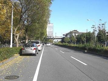 前方に大阪城公園駅につながる歩道橋。合唱参加者と見られる人の姿がかすかに見える