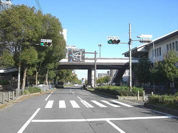 大阪城公園駅プラットホーム付近(真横)。駅舎につながる道橋に人の姿は無かった