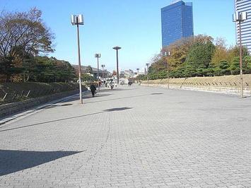 公演会場・大阪城ホール(北玄関)につながる幅広のプロムナード。人は疎ら