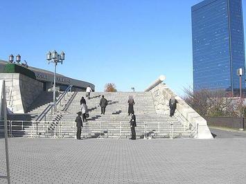 大阪城ホール北玄関に通ずる石の階段。両脇に係員の姿
