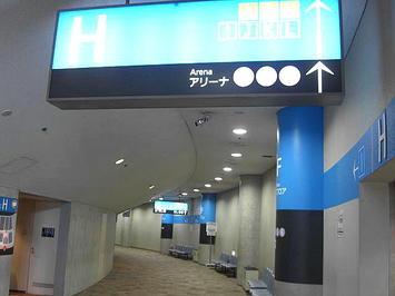 ホール北玄関を入ったところにある回廊。玄関入って右側の様子。各種指導標は既にリニューアルされている