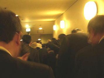 公演本番前最後の通し稽古(ゲネプロ)を終えてアリーナ席エリア回廊へと向かう合唱参加者たち。既に殆どが本番用衣装に身を包んでいた《091206撮影》