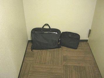 アリーナ席エリア回廊内にある袋小路状スペースの奥。ここで本番用衣装に着替えた《左の鞄が衣装用カバン;091206撮影》