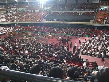 公演本番を前にした大阪城ホール場内の風景。向正面テノール領域から《091206休憩中に撮影》