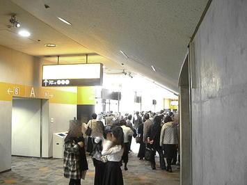 大阪城ホール南玄関エントランスロビー付近。聴衆用出入口《091206撮影》