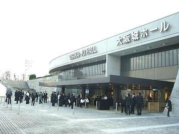 公演本番を前にしてくつろぐ合唱参加者たち。大阪城ホール北玄関前。昨年まで見られなかった光景《091206撮影》
