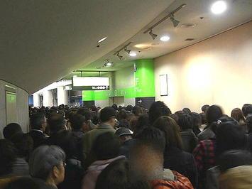スタンド席エリアの回廊を北玄関方向へと向かう、合唱参加者たちの群衆列《091206撮影》