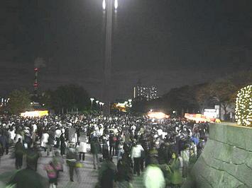 ホール北玄関に通ずる石階段前に見える噴水広場に群がる合唱参加者たち。仲間を待っているのだろうか《091206撮影》