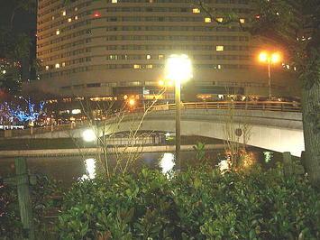 大阪城公園とOBP(大阪ビジネスパーク)の間に架けられた、京橋駅方面につながる橋《091206撮影》