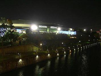 大阪城公園とOBP(大阪ビジネスパーク)の間に架けられた橋の上から見た大阪城ホール北玄関の夜景《091206撮影》