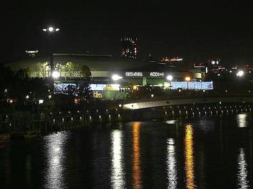 大阪環状線の線路の側に架けられた橋の上から見える、大阪城ホール北玄関全景《北玄関とその周辺をズーム;091206撮影》