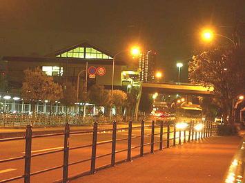 大阪城公園駅とそこにつながる歩道橋。「万九」本番を無事終えた合唱参加者らが行き交う《091206撮影》
