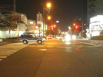 夜の森ノ宮駅前交差点。現実の世界に戻った気分に否応なくさせられる《091206撮影》