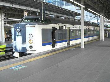 朝9時過ぎになってようやく大阪駅に到着した、新潟からの夜行急行「きたぐに」。前面のヘッドマーク表示部に雪がこびり付いているのが見える《091219撮影》