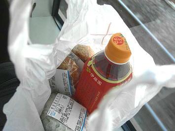 三ノ宮駅を出たあたり(だったか…)で食した3つの握り飯とお茶ペット。大阪駅改札内コンビニにて調達《091219撮影》