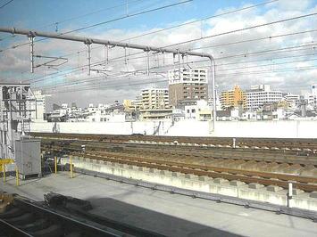 姫路駅を発車した播州赤穂行き新快速。左手遠方に姫路市営モノレールの遺構(レール)が見える《091219撮影》