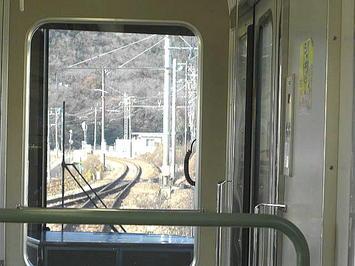 相生を発車して分岐器を通って単線の赤穂線に入る播州赤穂行き新快速。右端に見える道床(バラスト)は山陽本線のもの《091219撮影》
