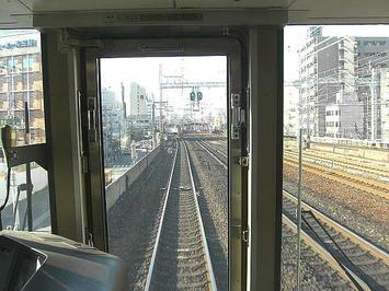 三ノ宮駅ホームが見えてきた。右端に阪急神戸本線の高架線路(標準機・複線)が見える《091219撮影》
