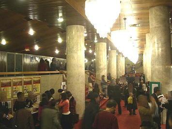 建て替え前の旧フェスティバルホール正面入口前ロビー。『第9シンフォニーの夕べ』公演2日目(千秋楽)終演後の様子《081230撮影》