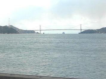 尾道を出て次駅の糸崎に向かう途中に進行方向左手の車窓から見えた吊り橋〔ズーム撮影〕。しまなみ海道(西瀬戸自動車道)を構成している中の一つとみられる《091219撮影》