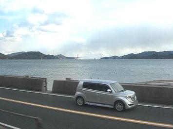 尾道を出て次駅の糸崎に向かう途中に進行方向左手の車窓から見えた吊り橋。糸崎駅の1~2kmくらい手前までこのような光景が続いていた《091219撮影》