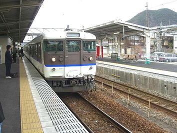 糸崎駅の下り本線(通過線)側のりばに入線してきた、同駅始発の岩国行き普通列車《091219撮影》
