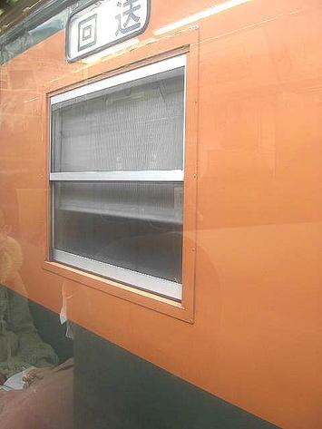 広島駅停車中、隣の線路上に停まっているのが見えた湘南色塗装をした車体。115系だろうか、それとも・・・《091219撮影》