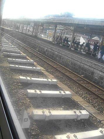 西広島駅停車中に見た、下り本線と中線(待避線)の間に見えるPC枕木。交換用に準備されていたものだろうか《091219撮影》