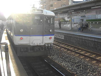 公演会場最寄駅である新井口で見送った岩国行き普通列車。逆光が入ってしまっている《091219撮影》