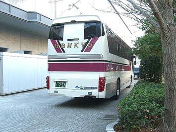一昨年(2008年)の第24回公演分に係る前日リハーサルへの出席の際に見た、同じく公園側玄関前のスペースの様子。貸切バス(観光バス)が停まっているのが見える《081220撮影》