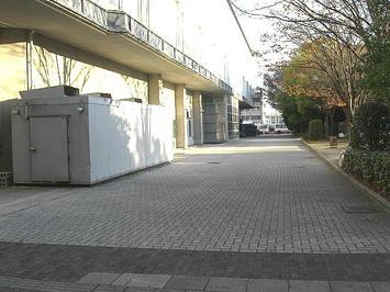 広島サンプラザホール(サンプラザのホール棟)の公園側玄関前のスペース。観光バスらしき姿が無かった《091219撮影》