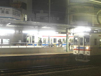 広島方面上り列車の車窓から見えた、横川駅可部線ホームの風景。すっかり日が暮れた夜空と煌々と照らし出されたホーム上とのコントラストが印象的《091219撮影》