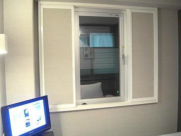 今回、私に割り当てられた「301」号室の窓。隣接する建築物の窓らしき部位が占拠していた《091219撮影》