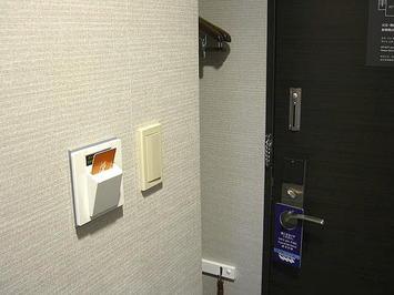 「301」号室玄関周り。すぐ左手に上着などを掛けておくスペースが用意されている《091219撮影》