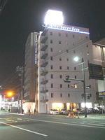 昨年(2009年)の広島市内滞在中に於ける一夜の宿となったビジネスホテル「セブンシーズ」。近くにビックカメラ店舗が軒を構えている《091219撮影》