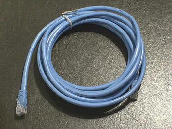 ホテルで用意してくれた貸し出しLANケーブル。青色で、見た目でちょっと長めな感じ《091220撮影》
