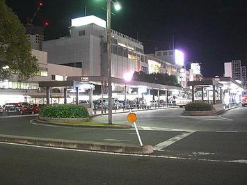 夜の広島駅南口駅舎。帰宅の途につく人らが行き交っていた《091219撮影》