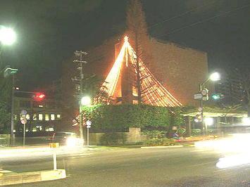 広島女学院の一施設に飾られた電飾。一番上に見える星形電飾はゆっくりと点滅していて、何処か妖しげ《091219撮影》