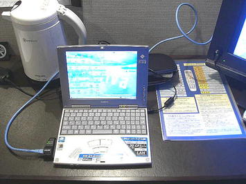 ビジネスホテル「セブンシーズ」の客室内で、持ち込んだミニノートPCにホテル貸し出しのLANケーブル等を接続。このあと、ブラウザを立ち上げてグーグルのサイト・トップを表示、見事ネット接続に成功した《091219撮影》