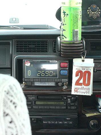 公演会場(広島サンプラザホール)に向かうタクシー車内。サンプラザ到着の2~3分前に撮影。最終的には「2,850円」までメーターが上がった《091220撮影》