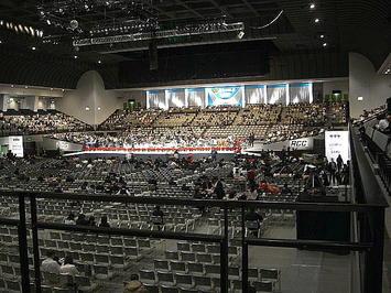 開場を前にした「第九ひろしま2009」ステージ全景。昼食などで多数の合唱団員たちが席を離れているため、一時的にスカスカの状態になっている《091220撮影》