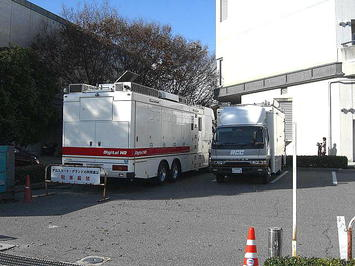 サンプラザホール裏手の駐車スペースに停まっていた中国放送(RCC)の中継車。後方から。大阪(梅田)から来るとみられていた観光バスの類の姿は無かった《091220撮影》
