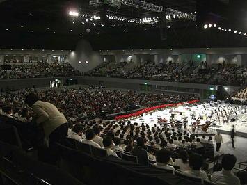 開演を前にして張りつめた雰囲気に包まれたホール場内。聴衆の姿も見える。ステージ横手(上手)のアルト領域すぐ上から《091220休憩中に撮影》