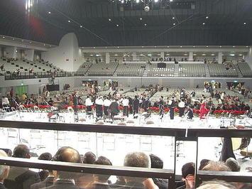 全回(25回)出演した合唱団員たちがステージ上で主催者から表彰されているところ。彼らは広島サンプラザ界隈の25年間にわたる変遷を毎年見続けてきた、いわば生き証人とも言えよう《091220撮影》