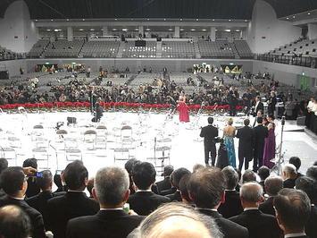 公演指揮者(山下一史)、4人のソリスト陣、第1部ゲスト出演者(正戸里佳)がステージ上で一堂に会する《091220撮影》