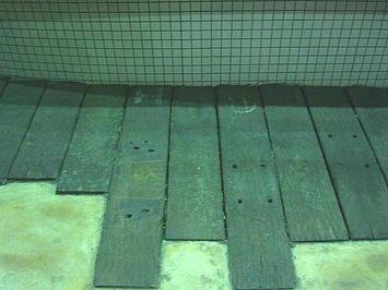 """広島サンプラザの道路を挟んで反対側に位置する商業施設「アルパーク」西棟の根元に見える""""枕木アート""""。一つ一つをまじまじと見続けていくうち、改めてこれは鉄道の枕木のリサイクルであると確信。これが正解かどうか否かは別にして…《091220撮影》"""