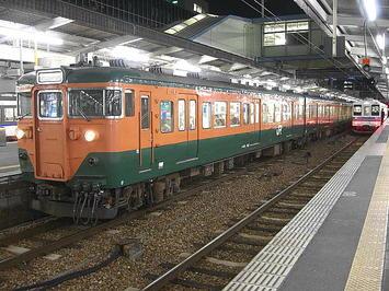 広島駅3番のりばに停車していた、湘南色の車両。車体側面に表示されていた車番表示から、元は京阪神地区の湖西線や草津線で運用されている「113系(111系)5700番台」だったと確信。広島に移ってきた際に製造番号表示部分の頭の「5」が塗りつぶされたみたい《091220撮影》